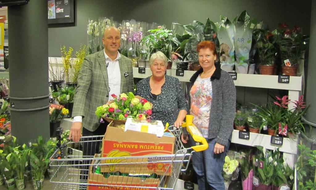 Bouke Hollak, Anneke Aalderink en Nancy Weevers na 1 minuut winkelen bij Hollak Zelhem. Foto: PR