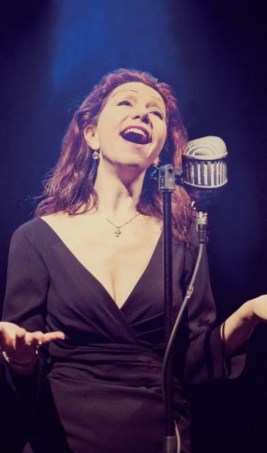Nadja Filtzer zingt Piaf in het Doopsgezinde Kerkje. Foto: PR