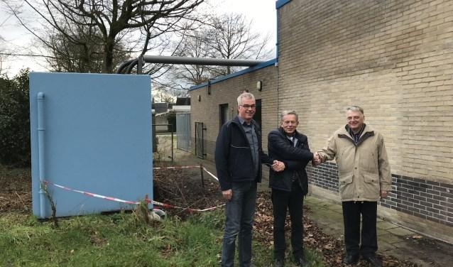 Antoon Peters (BIR), Ton van de Giessen (EnergieK) en Frits van Lochem (Stichting Exploitatie Meekenesch) hebben niet alleen symbolisch de handen ineen geslagen. Foto: PR.