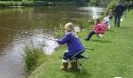 De kinderen leren de beginselen van het vissen met een vaste hengel, gaan een tuigje maken om mee te vissen en leren wat er verder allemaal komt kijken bij het vissen. Foto: PR