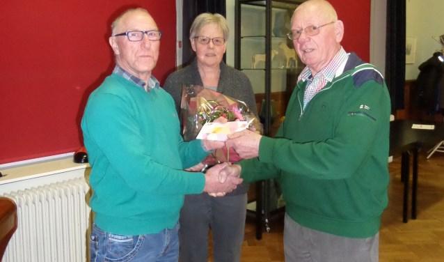 Gerrit Eggink (r) ontvangt onder toeziend ook van zijn vrouw Willy uit handen van voorzitter Bertus Nijenhuis van EHBO Vorden een attentie. Foto: PR.