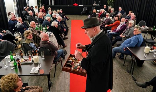 De garenman, één van de figuren op de rode loper tijdens de kledingshow van de Oudheidkundige Vereniging. Foto: Luuk Stam