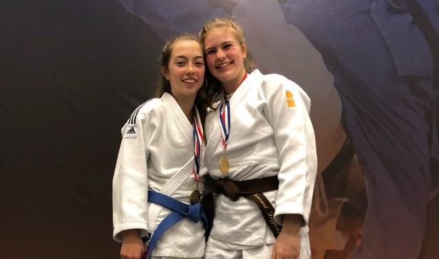 Jonna Groot Zevert (links) en Naomi Loffeld in de prijzen op NK. Foto: Antoinette Hennink.