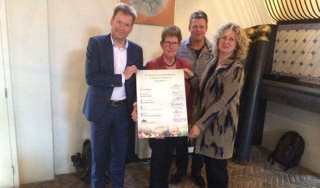 V. l.n.r.: wethouder Jan Engels (Bronckhorst), wethouder Coby Pennings (Zutpen), Gerard Zoetbrood (Vereniging Streekproducten Achterhoek en Liemers) en wethouder Trix van der Linden (Lochem). Foto: PR