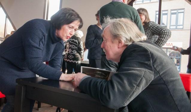 Midas Dekkers (r), maakt contact tijdens de signeersessie. Foto: Herman Maatkamp