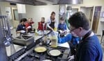 Leerlingen bakken pannenkoeken bij MMP. Foto: Walter Hobelman