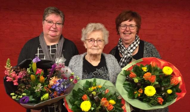 Van links naar rechts: Jubilaris Mieke Spoor, scheidend vrijwilligster Joke Temmink, Gerda Olthof hoofd activiteiten commissie. Foto: PR