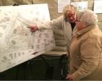 Riet Veenboer en Cocky Nienhuis (vlnr) kijken belangstellend naar de plannen voor het Cycloonpark. Foto Susanne ten Have