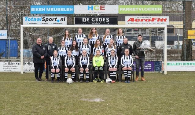 Dames van Zelhem MO-19 met sponsor. Foto: PR