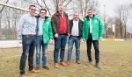 De lijsttrekker van het CDA, Raimond Smit (rechts) en het gezicht voor Dinxperlo Jeroen van Geenen (nr. 3 op de lijst) staan de bestuursleden van DZSV en SVD die de fusie in portefeuille hebben, en tweede van rechts Hans Martijn Ostendorp. Foto: PR