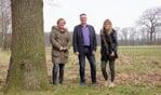 Van links naar rechts Marieke Graven, Gerrit van Veen en Liane Brouwer, initiatiefnemers voor de beweegtuin. Foto: Frank Vinkenvleugel