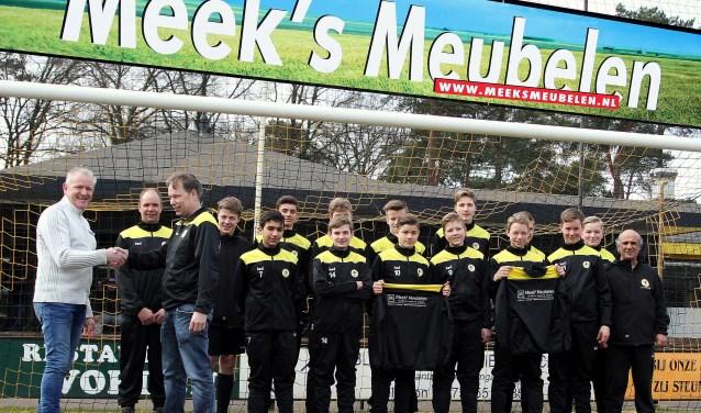 Hans Wullink van Meeks Meubelen bedankt door coach Ferdy van Ditshuizen. Foto: PR