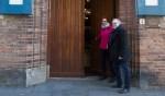 Saskia Beeftink en Ben Oosterink van het Gilde openen de deur naar de Burgerzaal. Foto: Paul Ploegman