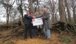 De overhandiging van de cheque door Sieto Wisselink van de Rabobank aan Karel Berkhuysen. Foto: PR
