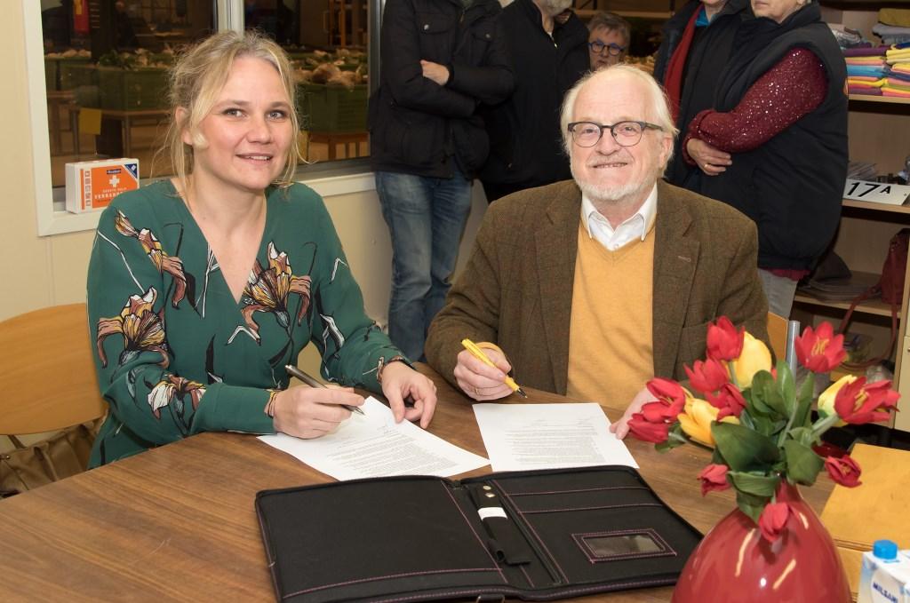 Op vrijdagochtend 9 maart hebben de heer Vrieze, voorzitter van de Voedselbank, en wethouder Annelies de Jonge daarom een samenwerkingsovereenkomst ondertekend. Foto: PR  © Achterhoek Nieuws b.v.