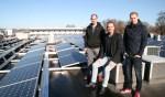 Directeur Frans Verhaegh samen met zijn zoons Joeri (links, werkvoorbereider) en Kjeld (rechts, onderhoudsmonteur) op het dak van Mevo Precision Technology. Foto: PR