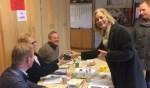 Burgemeester Annemieke Vermeulen en griffier Göran Winters bezoeken vandaag alle 26 stembureaus en bedanken 216 stembureauleden voor hun inzet. Foto: PR