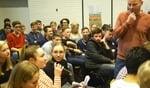 Docent Ivar Gierveld luistert naar de vragen van de leerlingen tijdens het debat op Marianum. Foto: Kyra Broshuis