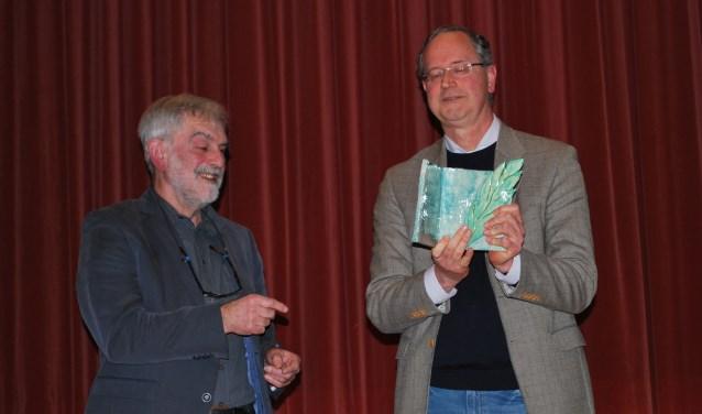 Renée Nijhof ontvangt de prijs voor het boek 'In het voetspoor van Heuvel'. Foto: Margreet Nusselder