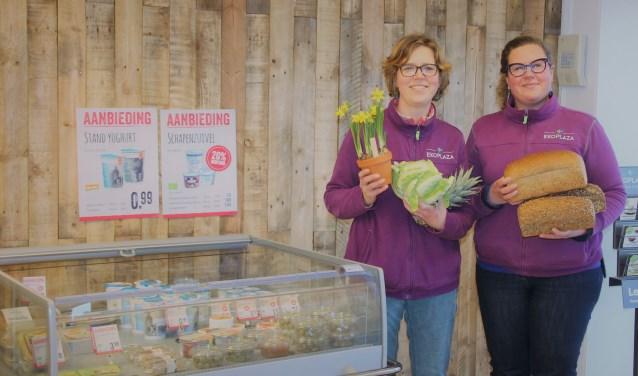 Mika (links) en Daphne in hun winkel. Foto: Lydia ter Welle