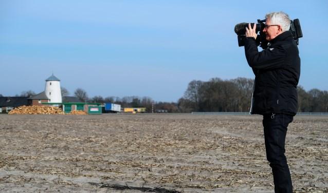 Rudie Kreunen en zijn camera op vertrouwd terrein; de akkers rondom de Varsselring in Hengelo. Foto: Luuk Stam