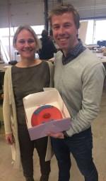 PvdA-wethouder Annelies de Jonge van Werk en Inkomen overhandigt Jonathan de Lange van Kappert Bouw de rode taart. Foto: PR
