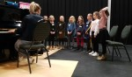 Zangdocente Maartje Waanders bezig met zanglessen. Foto: PR