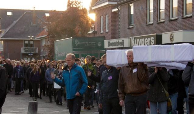 Passion Lichtenvoorde start met een stille tocht met het kruis, vanaf de Markt. Foto: Eveline Zuurbier.
