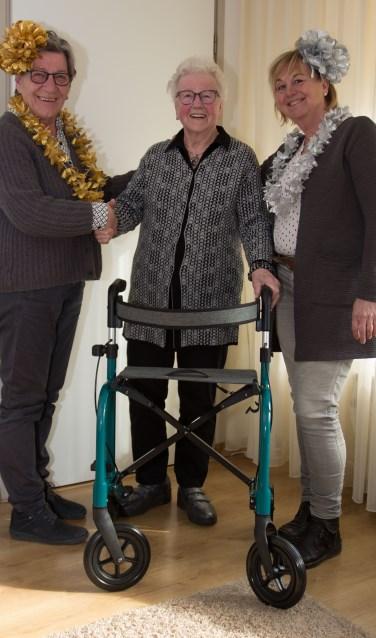 Mevrouw Gijsbers is blij met de nieuwe rollator. Foto: PR
