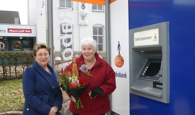 Mevrouw Brandenbarg (r) verrast bij pinnen bij nieuwe pinbox. Foto: Jan Knoef