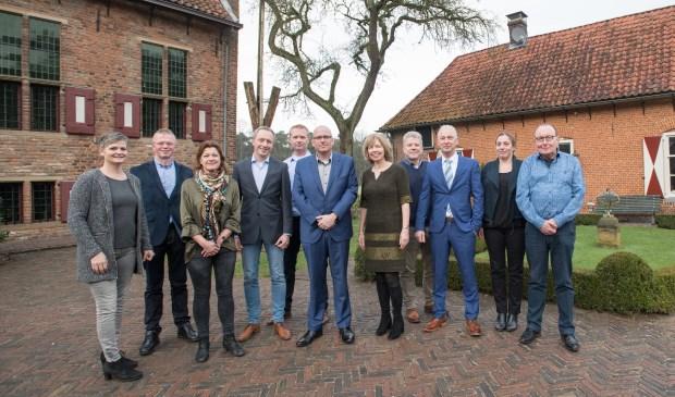 Van links naar rechts: Drea Gieling (Nr 9), Vincent Heuthorst (Nr 15), Ingrid Veenes (Nr 10), Paul Hilferink (Nr 3), Rob Veenes (Nr 5) Jeroen Berends (Nr 2), Ingrid Lambregts (Nr 1), Ruud Veldkamp (Nr 4), Willem te Kampe (Nr 8), Suzan ter Heijne (Nr 11), Bennie Ernst (Nr 14). Foto: PR