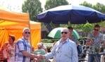 Voorzitter Bart de Rouw van de buurtvereniging overhandigde de medaille aan Jan Klein Kranenbarg. Foto: PR.