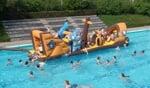 De jeugd vermaakte afgelopen weekeinde in het zwembad zich met een tien meter groot Piratenschip. Foto: Jan Hendriksen.