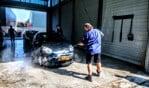 Hengelose brandweerlieden wasten auto's voor SamenLoop voor Hoop. Foto: Luuk Stam
