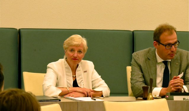 Informateur Maria Martens en burgemeester Mark Boumans. Foto: Bert Vinkenborg