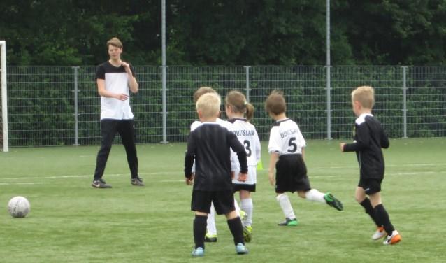 Voetballlertjes van de voetbalschool tijdens een training. Foto: PR