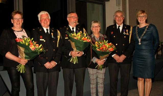 Koninklijke onderscheidingen uitgereikt in Bronckhorst. V.l.n.r. Jannie en Henk Lubbers, Bennie Massen, Thea en Theo Nibbelink en burgemeester Marianne Besselink. Foto: Liesbeth Spaansen