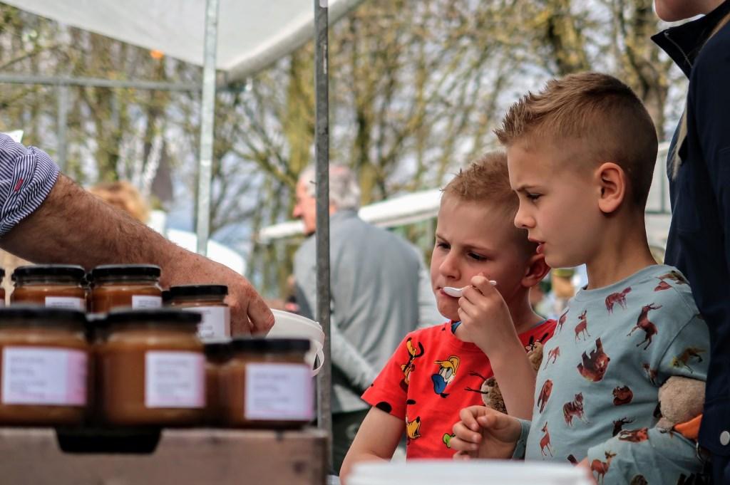 Heerlijk proeven op de Lentefair in Keijenborg. Foto: Luuk Stam  © Achterhoek Nieuws b.v.