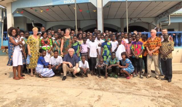 Groepsfoto bij het weeshuis in Ghana. Foto: PR