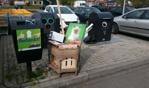 Grof vuil naast een prullenbak gedumpt op het parkeerterrein van Jumbo Leussink. Foto: Karin Stronks