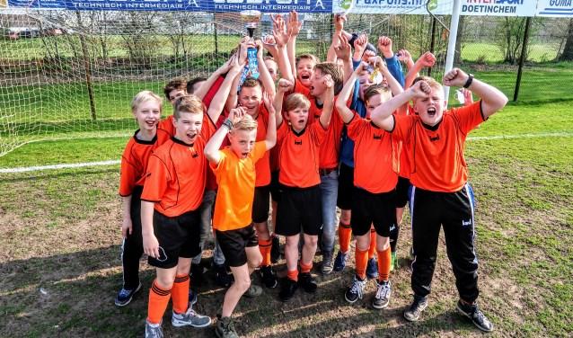 Het Hengelose schoolvoetbaltoernooi is gewonnen door de jongens van de St. Bernardusschool uit Keijenborg. Foto: Luuk Stam