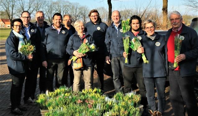 Leden van de Lionsclub Bronckhorst verkochten drieduizend bossen tulpen. Foto: PR