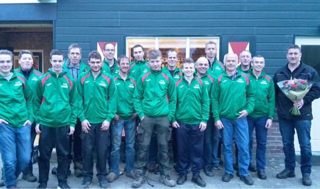 De touwtrekkers kregen nieuwe trainingsjassen van Bouwservice G.M. Stofbergen uit Epe. Foto: PR.