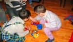 De kinderen in het kindertehuis zijn blij met het meegebrachte speelgoed. Foto: PR