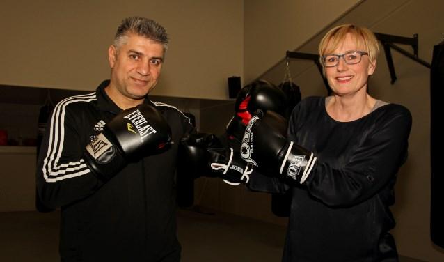 Burgemeester Besselink durft het aan tegen bokser Orhan Delibas. Foto: Liesbeth Spaansen