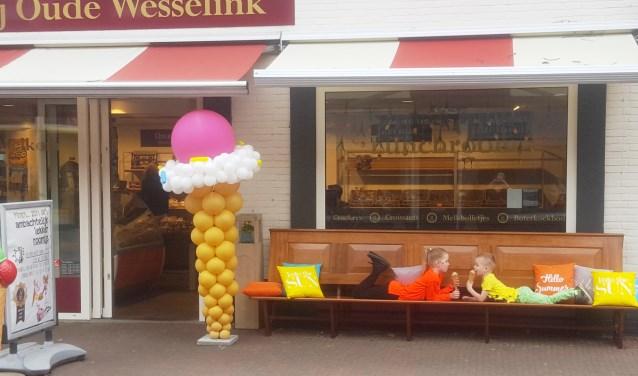 De gerestaureerde kerkbanken bieden nu een prima plek om te genieten van een ijsje of andere producten van bakkerij Oude Wesselink. Foto: PR