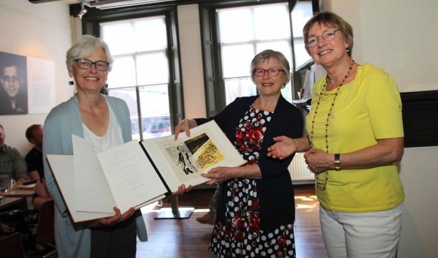 Anja Tolkamp overhandigt het boek. Foto: Jan Oberink
