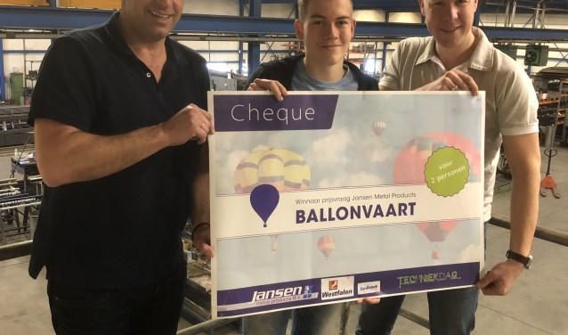 Gijs met de cheque die de prijs symboliseert. Foto: PR