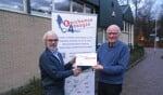 Foto: Arie Wezemer van de Stichting Roparun (links) ontvangt een cheque uit handen van voorzitter Henk Luesink van de Barchemse 4Daagse. Foto: PR.