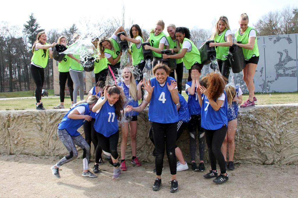 De winnende Beauty's gooien de verliezende Teens nat. Foto: Liesbeth Spaansen  © Achterhoek Nieuws b.v.
